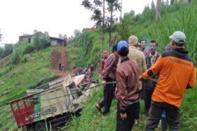 Warga menarik truk yang masuk ke jurang di Dusun Bulakrejo, Desa Gondosuli, Tawangmangu, Karanganyar, Kamis (20/2/2020). (Istimewa/Rusdiyanto)