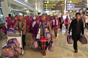 Calon jemaah umrah meninggalkan bandara setelah mendapat kepastian gagal berangkat ke Tanah Suci Mekah di Terminal 3 Bandara Soekarno Hatta, Tangerang, Banten, Kamis (27/2/2020). (Bisnis-Eusebio Chrysnamurti)