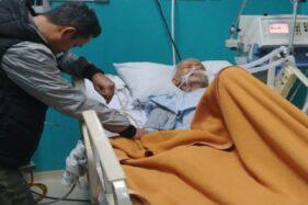 Ustaz Yusuf Mansur (kiri) menunggu ayahnya di rumah sakit. (Instagram-@yusufmansurnew)