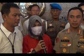 Pemilik akun Facebook Zikria Dzatil yang menjadi tersangka penghina Wali Kota Tri Rismaharini saat konferensi pers di Mapolrestabes Surabaya. (Antara)