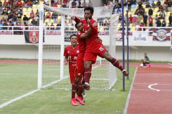 Pemain Persis Solo, Syah Roni (kanan), meluapkan kegembiraan bersama rekan timnya seusai mencetak gol ke gawang Semen Padang dalam pertandingan persahabatan di Stadion Manahan, Solo, Kamis (5/3/2020). Solopos/M. Ferri Setiawan)