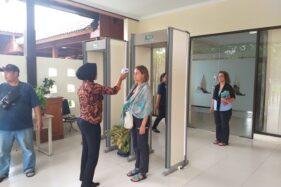 Seorang petugas menggunakan alat pengukur suhu tubuh (thermal scanner) kepada wisatawan asing di Candi Prambanan, Klaten, Sabtu (7/3/2020). (Solopos/Ponco Suseno)