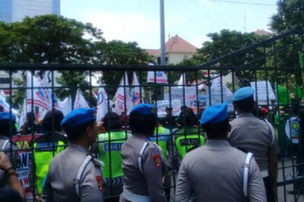 Sejumlah buruh di Kota Semarang menggelar demo di depan Kantor DPRD Jateng, Rabu (11/3/2020). Mereka  menolak RUU Omnibus Law. (Semarangpos.com-Imam Yuda S.)