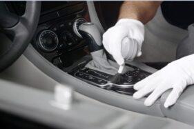 Ilustrasi bersihkan mobil supaya terhindar dari virus corona. (Istimewa)