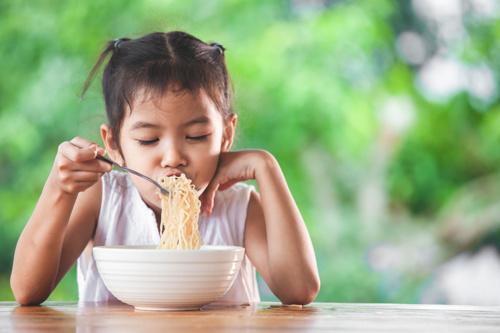 Ilustrasi makan mi instan (Freepik)
