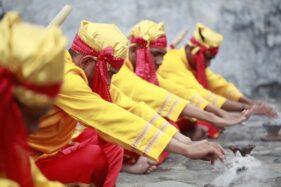 tarian menjadi salah satu tradisi cara memanggil jin dari Ternate (indonesia.go.id)