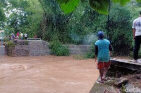 Jembatan Trunojoyo hanyut tak tersisa terbawa arus Sungai Slahung, Ponorogo, Rabu (25/3/2020). (Detik.com)