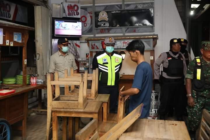Wali Kota Madiun Maidi bersama Forkopimda Kota Madiun melakukan penertiban di tempat-tempat yang jadi pusat keramaian untuk mencegah persebaran virus corona. (Istimewa/Pemkot Madiun)