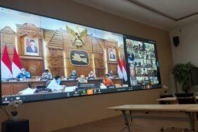 Gubernur Jawa Timur, Khofifah Indar Parawansa, saat melakukan video conference bersama seluruh Wali Kota dan Bupati se-Jatim terkait penanganan Covid-19. Foto diambil di gedung Government Chief Information Officer (GCIO) Pemkot Madiun, Jumat (27/3/2020). (Abdul Jalil/Madiunpos.com)