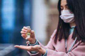 Ilustrasi pakai hand sanitaizer pencegahan corona (Freepik)