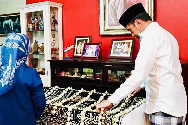Presiden Jokowi di hadapan jenazah ibunya di rumah duka, Sumber, Kota Solo, Jateng, Rabu (25/3/2020) malam. (Istimewa-Sekpres)