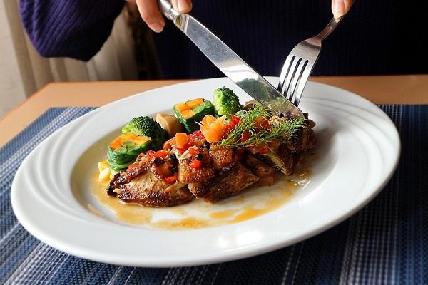 Ini Aturan New Normal di Hotel dan Restoran, Durasi Makan Tamu akan Dibatasi