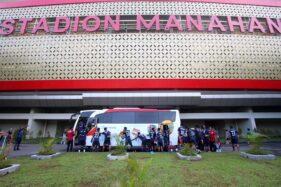 Para pemain Persis Solo mendorong bus yang mogok di kompleks Stadion Manahan, Rabu (4/3/2020). (Solopos/Nicolous Irawan)