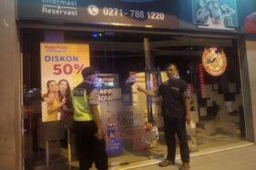Anggota polisi Karanganyar menyisir dan patroli di sejumlah tempat hiburan malam di Karanganyar Jumat (27/3/2020). (Istimewa/Humas Polres Karanganyar)