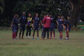 Pelatih Persis Solo, Salahudin, memberikan instruksi pada pemain dalam latihan di Lapangan Donohudan, Ngemplak, Boyolali, Selasa (10/3/2020) pagi. (Istimewa)