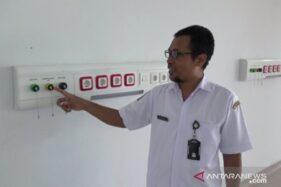 Petugas RSUD dr Soedono Madiun menunjukkan persiapan ruang isolasi tambahan yang akan disediakan rumah sakit setempat di Gedung Trauma Center Instalasi Gawat Darurat (IGD) RSUD dr Soedono Madiun lantai 6, Kamis (26/3/2020). (Antara)