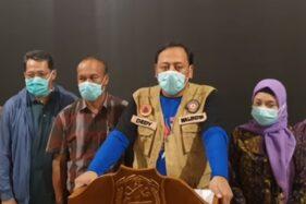 Tangkapan layar jumpa pers yang dilakukan oleh Wali Kota Tegal Dedy Yon Supriyono terkait pasien positif covid-19 di Tegal, Jawa Tengah. (Youtube—Odhay Official)