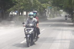 Abu Merapi Tutupi Mayoritas Jalan di Solo Bikin Rawan Kecelakaan