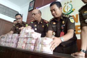 Kajari Sragen menunjukkan uang yang dikembalikan tersangka kasus korupsi RSUD Sragen 2016, Rabu (4/3/2020). (M. Khodiq Duhri/Solopos)