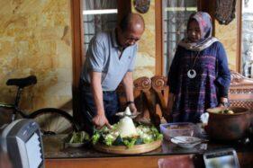 Agus Fatchur Rahman Eks Bupati Sragen Keluar Penjara Bawa Seekor Ayam