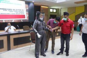 APD jas hujan Suns Proque inovasi tim Fakultas Kedokteran dirilis di Auditorium FK UNS, Kentingan, Solo, dipamerkan di kampus, Senin (30/3/2020). (Solopos/Sunaryo Haryo Bayu)
