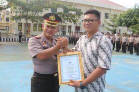Bakul Bubur Penangkap Jambret Terima Penghargaan di Karanganyar Pakai Seragam Karang Taruna