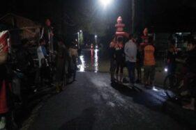 Seratusan sukarelawan dan Pemcam Jaten, Karanganyar, memantau ketinggian air Sungai Bengawan Solo, Minggu (1/3/2020) malam. (Istimewa/Aji Pratama Heru Kristanto)