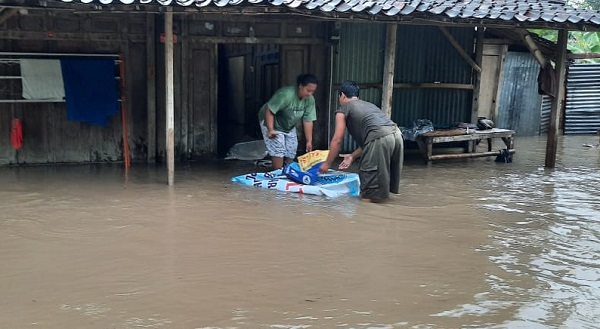 Warga mengangkat perabotan rumah tangga saat banjir yang merendam rumah penduduk di Desa Karangtengah, Kecamatan Weru, Sabtu (29/2/2020. (Istimewa/Kades Karangtengah)