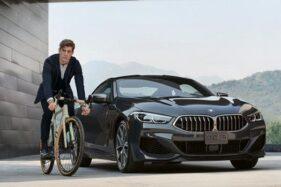 Sepeda BMW (kiri) dan mobil BMW. (Detik.com)