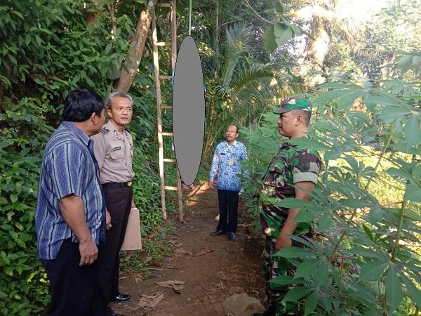 Anggota Polsek Eromoko dan perangkat Desa Pasekan mengevakuasi orag bunuh diri di Dusun Banyon RT 001/RW 007, Pasekan, Eromoko, Wonogiri, Selasa (17/3/2020). (Istimewa/Polres Wonogiri)