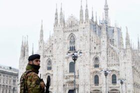 Seorang tentara terlihat di Plaza Duomo setelah dekrit pemerintah untuk melakukan lockdown seluruh Italia, 10 Maret 2020. (Reuterus-Flavio Lo Scalzo)