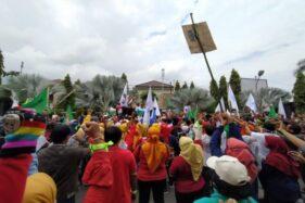 Ratusan Buruh Karanganyar Demo Tuntut Tolak RUU Omnibus Law