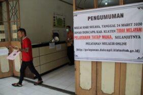 Spanduk berisi informasi peniadaan pelayanan tatap muka dipasang di kantor Disdukcapil Klaten, Selasa (24/3/2020). (Solopos/Taufiq Sidik Prakoso)