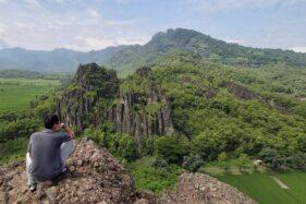 Pengunjung menikmati pesona alam Gunung Sepikul di Desa Tiyaran, Kecamatan Bulu, Sukoharjo, Sabtu (29/2/2020). (Solopos-Indah Septiyaning W.)