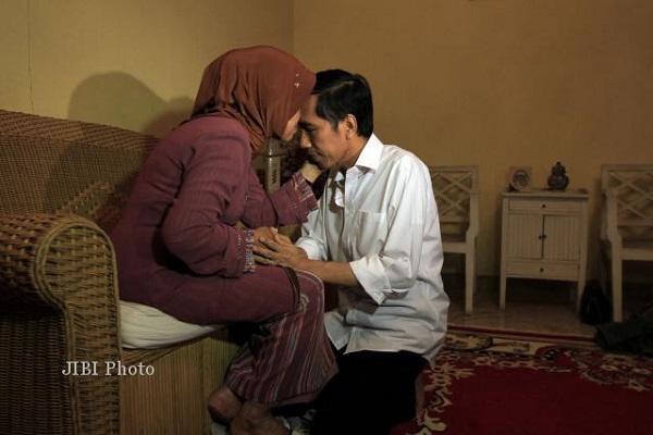 Momen kebersamaan Jokowi dengan ibundanya. (Solopos/dok)