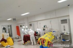 Tim dokter memeriksa awal pasien terkait wabah corona (COVID-19) di ruang IGD Rumah Sakit Darurat Wisma Atlet, Jakarta, Sabtu (28/3/2020). (Antara/HO-Tim Kesehatan Kogasgabdap Wisma Atlet)