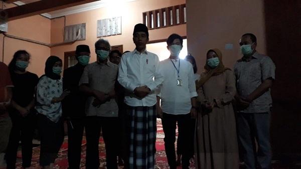 Presiden Jokowi dan keluarga menggelar jumpa pers terkait meninggalnnya sang ibu, Rabu (25/3/2020) di Solo. (Solopos/Nicolous Irawan)