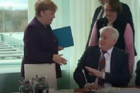 Kanselir Jerman Ditolak Salaman oleh Menterinya yang Takut Virus Corona