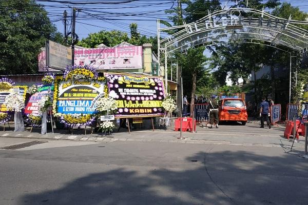 Pejabat Mulai Berdatangan Melayat ke Rumah Duka Ibu Jokowi