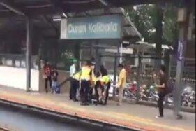 Potongan video hoaks pengidap corona ambruk di stasiun. (Suara.com)