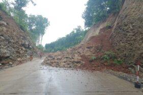 Kondisi tanah longsor di Jalan Lingkar Kota (JLK) Wonogiri, ruas Mapolres Wonogiri-Desa Singodutan, Selogiri, Rabu (11/3/2020). (Solopos/M. Aris Munandar)