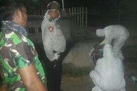 Polisi dan petugas kesehatan mengevakuasi warga meninggal di pinggir jalan wilayah Andong, Boyolali, Minggu (29/3/2020). (Istimewa)