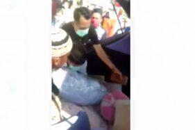 Video mayat PDP Corona terbunkus plastik dibongkar keluarga di Kendari. (Istimewa)