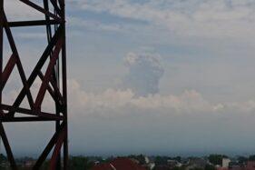 Kolom erupsi Gunung Merapi terlihat dari lantai III Setda Klaten, Jumat (27/3/2020) siang. (Istimewa)