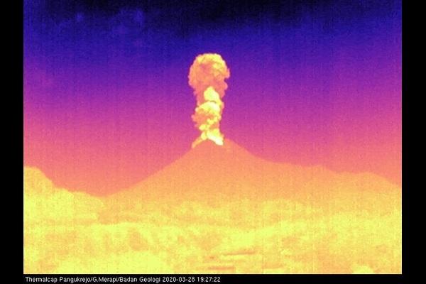 Gunung Merapi kembali erupsi pada Sabtu (28/3/2020) malam. (Twitter @bpptkg)