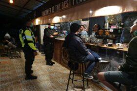 Patroli Social Distancing:Anak-Anak Muda Wonogiri Disuruh Pulang Saat Asyik Nongkrong di Kedai Kopi