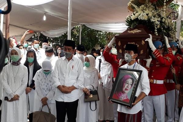 Ibu Jokowi Dimakamkan Tepat di Samping Kiri Suami