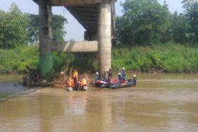 Tim SAR saat mencari korban hanyut di Sungai Bengawan Solo, Wonosari, Klaten, Minggu (29/3/2020). (Istimewa/Basarnas Pos SAR Surakarta)