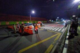 Aparat Polres Karanganyar menutup Jl. Lawu, Senin (30/3/2020). (Istimewa)
