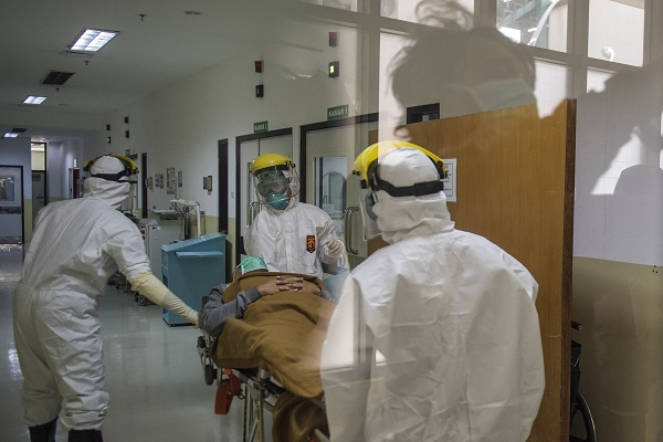 Ilustrasi petugas medis menangani pasien corona. (Antara/M Agung Rajasa)